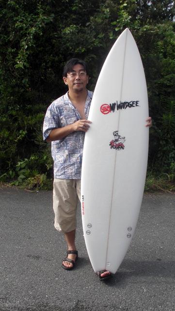 Mt Woodgee Surfboards KONG モデルを手にするFさん