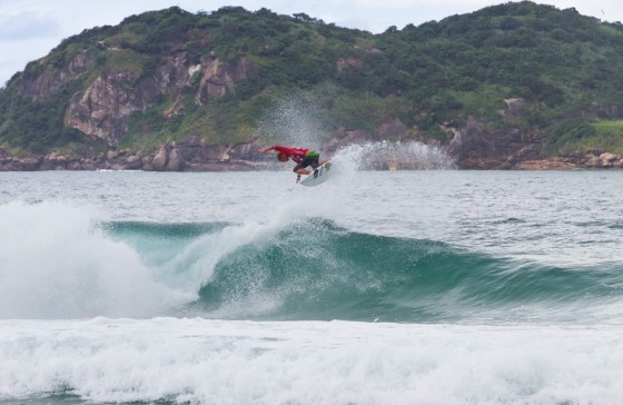 John John Florence (HAW) taking to the air all the way to the final. © ASP/ Dunbar
