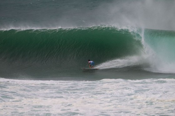 Maxime Huscenot (FRA) finds a clean barrel section but failed to advance out of round one. © ASP/ Kirstin
